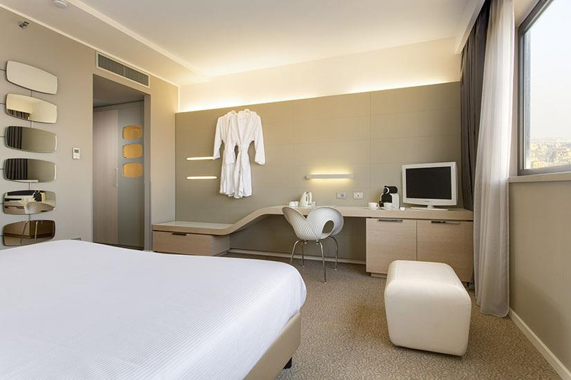 Bw plus tower hotel bologna bologna prenota online best for Hotel luxe design